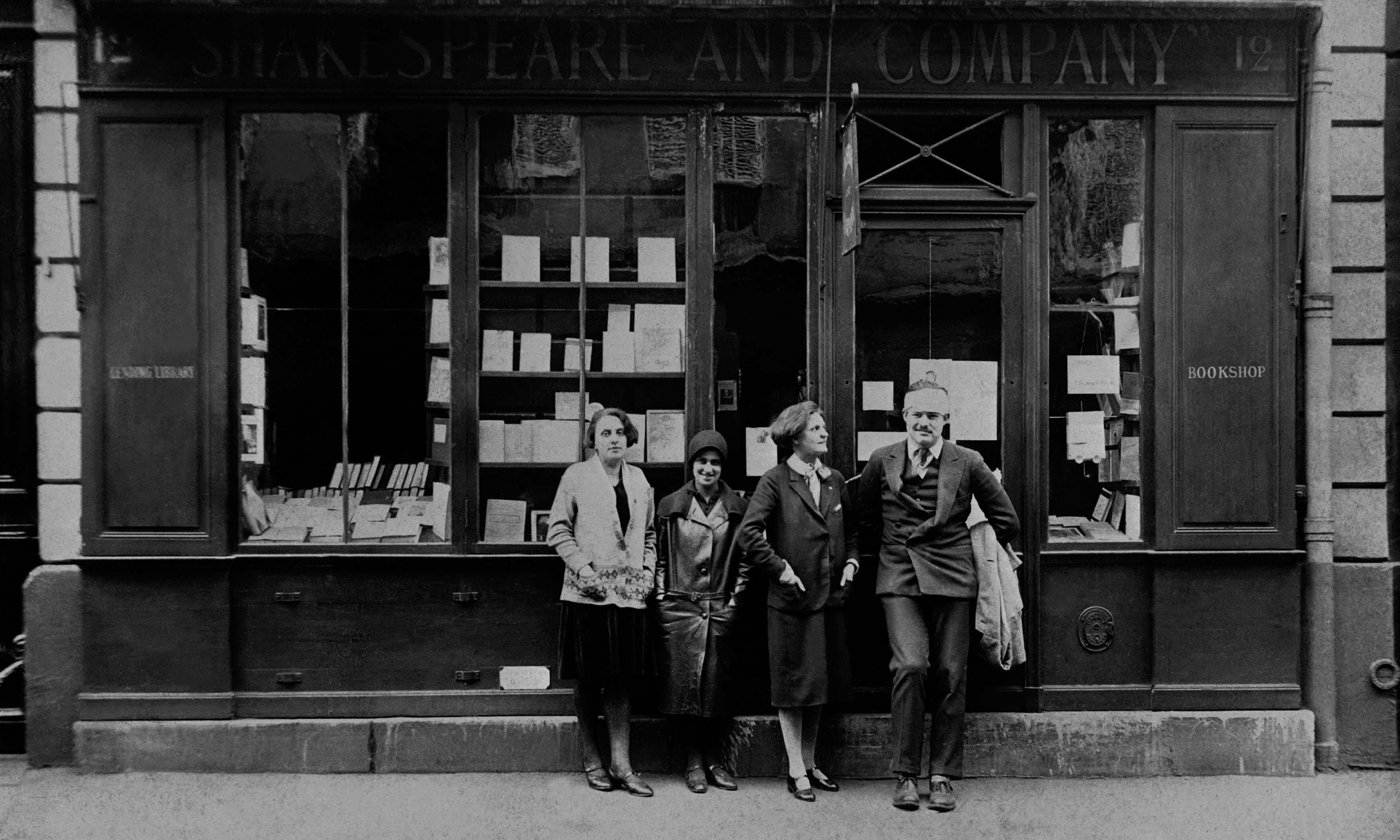 Rašytojai prie kavinės