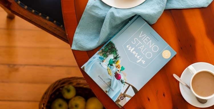 """Rūtos Repšienės """"Vieno stalo istorija"""": apie jaukius ir tradicijas kuriančius receptus"""